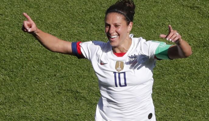 卡莉·劳埃德打入两球,成为连续六场世界杯女足比赛中进球最多的球员。