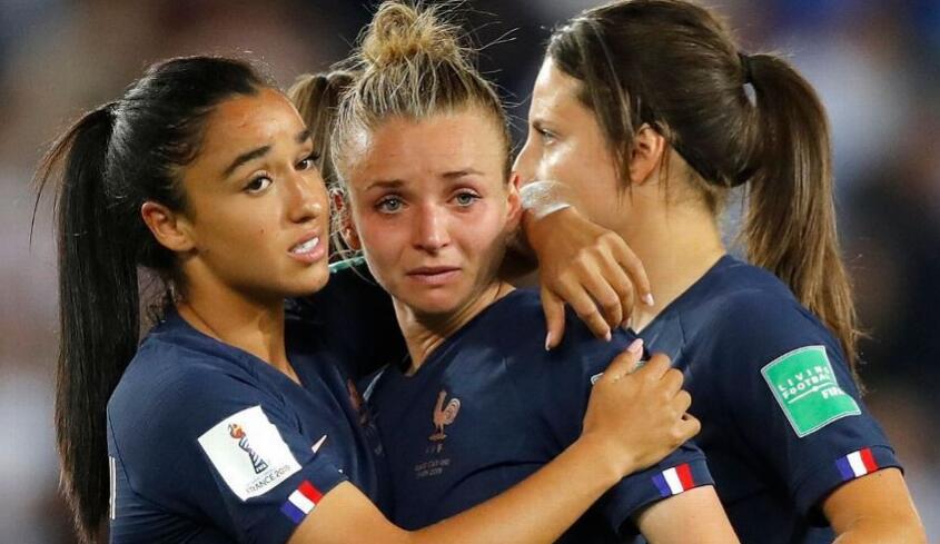 女足世界杯,法国遗憾出局,女足们掩饰不了的悲伤